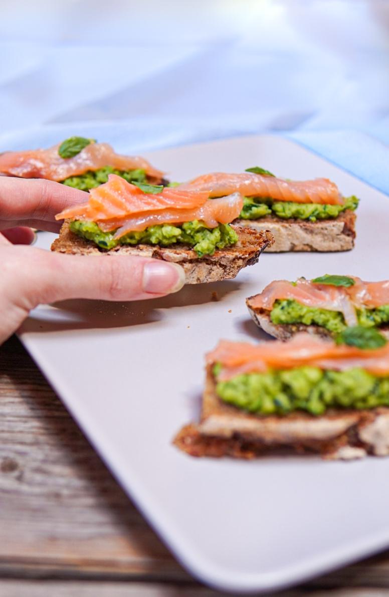 crostini-al-salmone-e-crema-di-zucchine