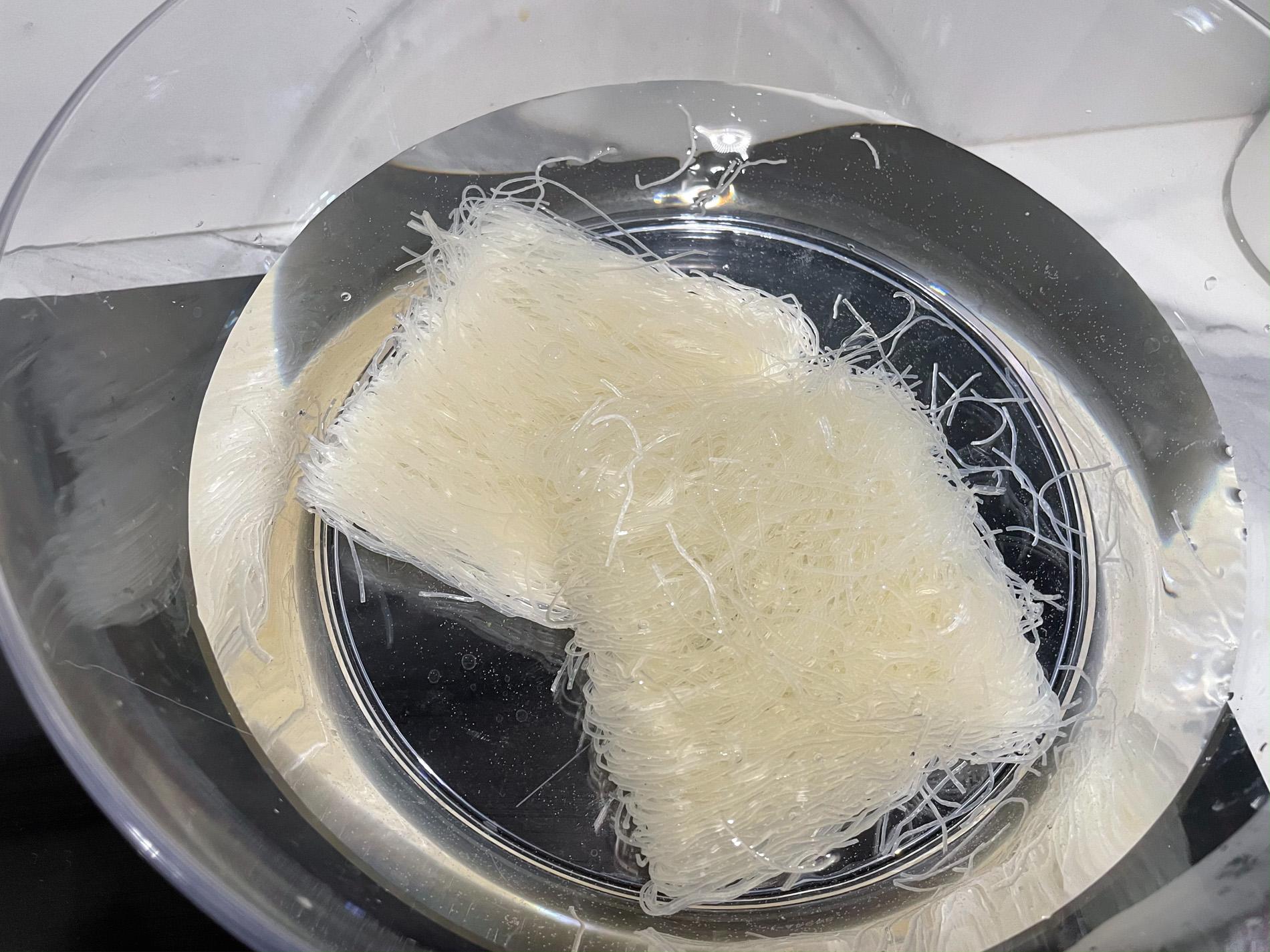 spaghetti di riso con verdure e gamberi procedimento-4
