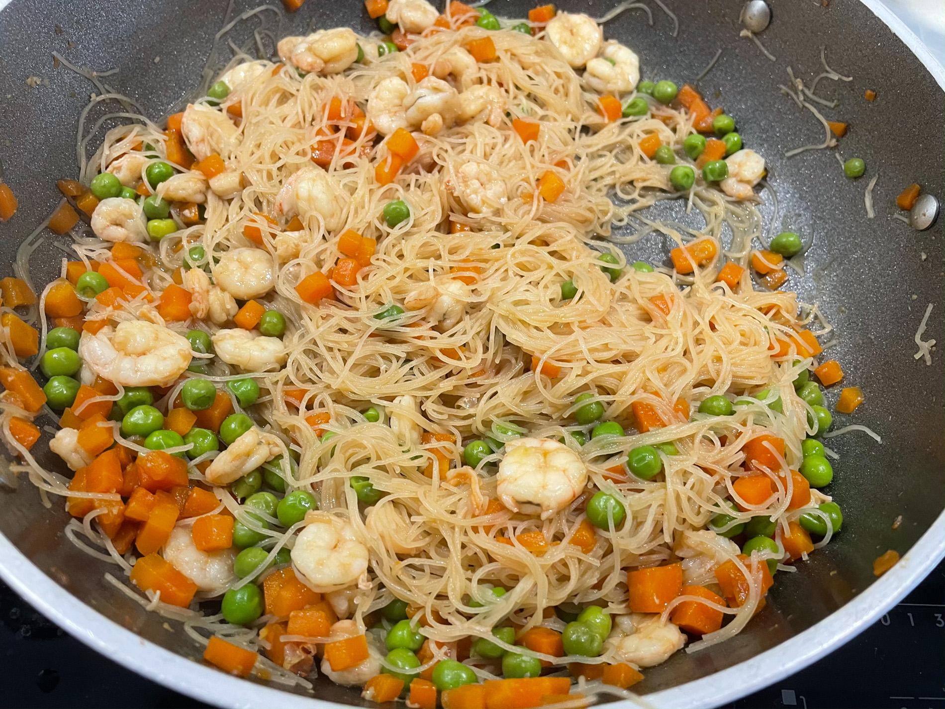 spaghetti di riso con verdure e gamberi procedimento-5